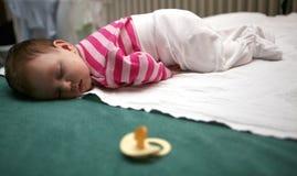 02 behandla som ett barn att sova Fotografering för Bildbyråer