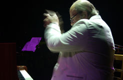 02 bril igor perfoming的钢琴演奏家 库存图片