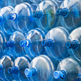 02 flaskor tömmer vatten Royaltyfri Bild