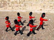 03 august beefeaters london Royaltyfri Bild