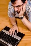 03 hans bärbar datormanarbete Royaltyfri Fotografi