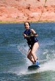 04个女孩湖powell wakeboarding的年轻人 库存图片