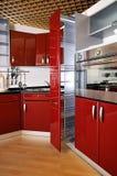 04个机柜深门厨房现代红色 免版税库存照片