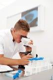 04 male teknikerbarn för laboratorium Arkivbilder