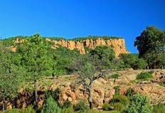050在blavet cliffs du gorges红色岩石之上 免版税库存照片