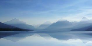 07有薄雾8 h的湖 免版税库存图片