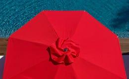 074 jeden czerwony parasol Obrazy Royalty Free