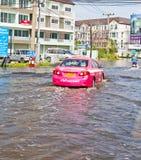 08 Bangkok-nov.: De aandrijving van de taxi in de weg van de watervloed Royalty-vrije Stock Afbeelding