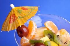 0n背景蓝色水果沙拉 免版税库存图片