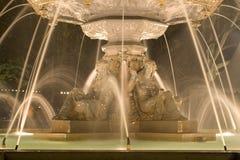 1个喷泉晚上 库存照片
