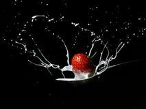 1个奶油色飞溅草莓 免版税库存图片