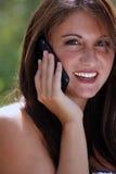 1个电池她户外给联系青少年打电话 库存照片
