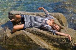 1个礁石妇女年轻人 图库摄影