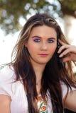 1个美丽的电池女孩青少年她的电话 库存照片