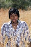 1个美丽的草高妇女年轻人 免版税库存照片