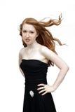 1个美丽的黑色礼服红头发人 免版税库存照片