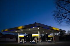1个gasstation晚上 图库摄影