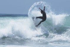 1位现出轮廓的冲浪者 图库摄影