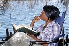 1名户外读的妇女 免版税库存图片
