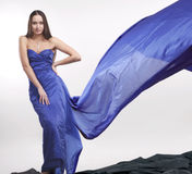 1名美丽的蓝色长袍妇女 免版税图库摄影