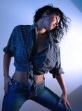 1名蓝色牛仔裤妇女 库存照片