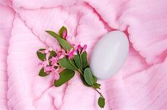1块桃红色肥皂毛巾 免版税库存照片