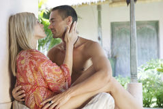 1巴厘岛夫妇庭院亲吻 图库摄影