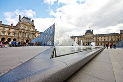 1座玻璃天窗博物馆金字塔 库存图片