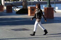 1条美丽的横穿女孩街道 免版税库存图片
