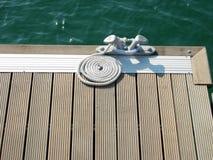 1条靠码头的绳索 免版税库存图片