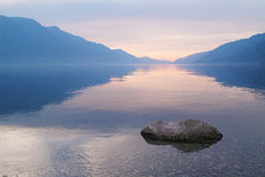 1湖日出 库存照片
