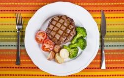 1烤牛肉服务的牛排蔬菜 库存照片