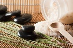 1种芳香盐设置温泉疗法 免版税库存照片