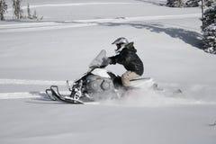 1辆车手snowmachine雪上电车 免版税库存图片