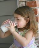 1饮用的女孩牛奶 免版税库存图片