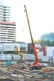 1 γερανός δύο αυτοκινήτων κτηρίου Στοκ Εικόνες