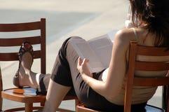 1 γυναικεία ανάγνωση Στοκ Φωτογραφίες