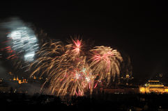 1 ΙΑΝΟΥΑΡΊΟΥ: Πυροτέχνημα 2013 του νέου έτους της Πράγας την 1η Ιανουαρίου 2013, στην Πράγα, Δημοκρατία της Τσεχίας. Στοκ Φωτογραφίες