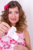 1 κορίτσι φορεμάτων μωρών που κρατά τις ρόδινες έγκυες κάλτσες Στοκ εικόνα με δικαίωμα ελεύθερης χρήσης