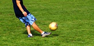 1 ποδόσφαιρο λακτίσματο&sigmaf Στοκ Φωτογραφίες