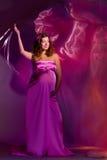 1 ρόδινη έγκυος ιώδης γυναίκα φορεμάτων Στοκ Φωτογραφίες