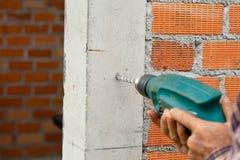 1 τρυπάνι που τρυπά τον ηλεκτρικό τοίχο με τρυπάνι Στοκ φωτογραφίες με δικαίωμα ελεύθερης χρήσης