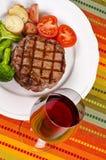 1 ψημένο στη σχάρα βόειου κρέατος κρασί μπριζόλας γυαλιού κόκκινο Στοκ Εικόνες