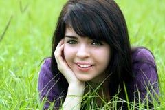 1 όμορφο πεδίο brunette χλοώδες Στοκ εικόνα με δικαίωμα ελεύθερης χρήσης