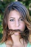 1 όμορφο brunette που ματαιώνεται υπαίθρια Στοκ Εικόνες