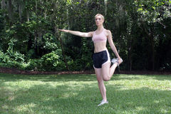 1 блондинка спортсмена красивейшая outdoors протягивая Стоковая Фотография