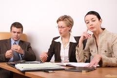 1 встреча 2 бизнесменов подготовляя женщину Стоковая Фотография