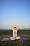 1 девушка выполняя йогу Стоковые Фотографии RF