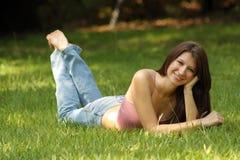1 детеныш красивейшей травы брюнет лежа Стоковые Изображения RF