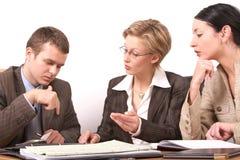 1 женщина встречи 2 бизнесменов Стоковое фото RF